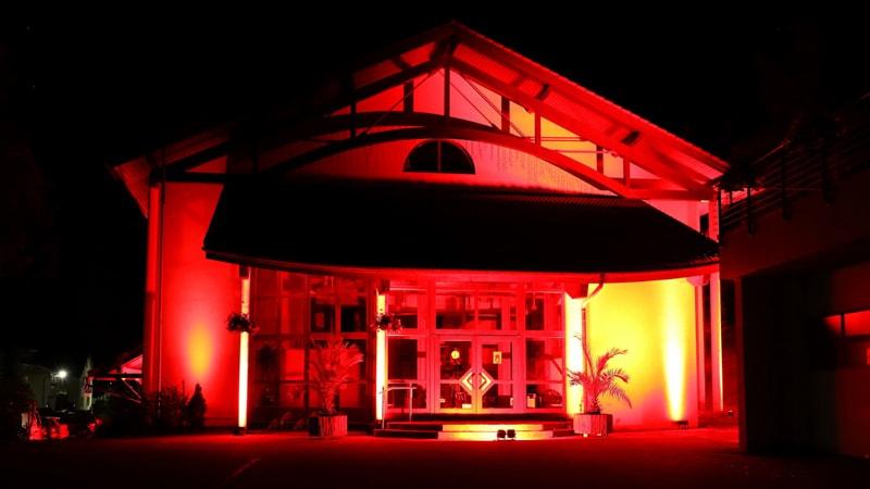 Beleuchtete Uhrmacher-Ketter-Halle am Abend